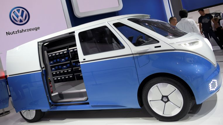 Een conceptmodel van een Volkswagen busje dat op elektriciteit rijdt.  Beeld Reuters