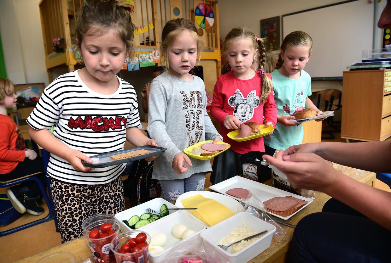 De schooldag van deze kinderen op de openbare basisschool Wereldwijs in Landgraaf is met een uur verlengd, zodat ze samen gezond kunnen lunchen en er ruimte is om te bewegen. De aanpak is ingevoerd op vier basisscholen in het oostelijke deel van Zuid-Limburg en moet voorkomen dat kinderen een ongezonde levensstijl ontwikkelen. In Zuid-Limburg komt meer ziekte, overgewicht en ongezond gedrag voor dan elders in Nederland. Beeld Marcel van den Bergh