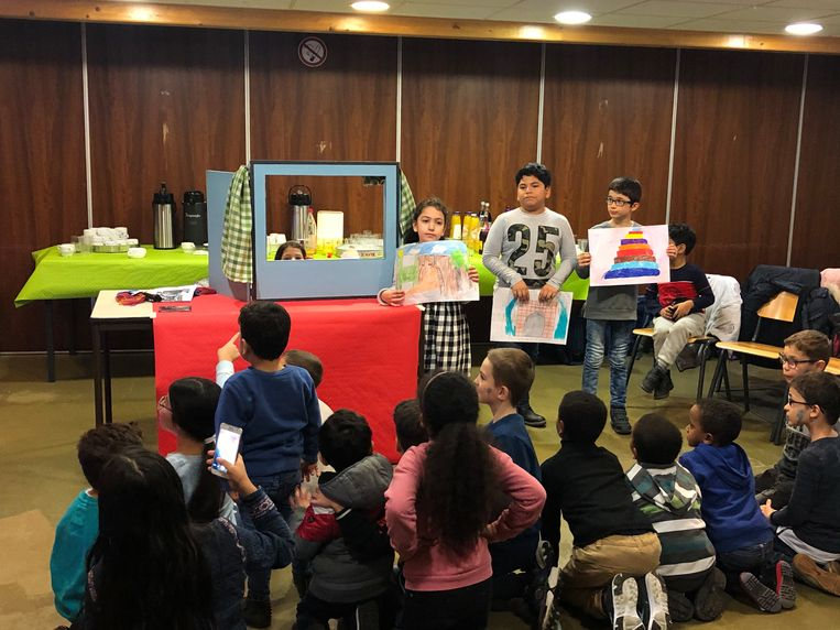 De kinderen toonden tijdens een poppenspel wat ze geleerd hebben in Bredene.