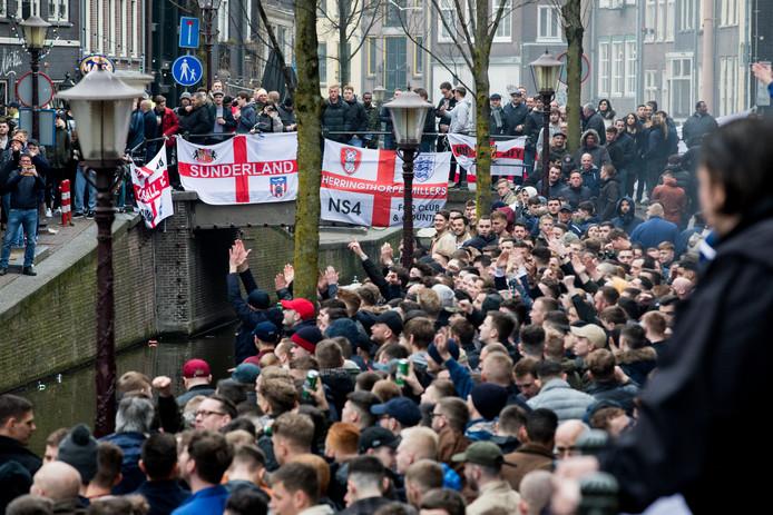 Engelse voetbalfans op de Amsterdamse Wallen.