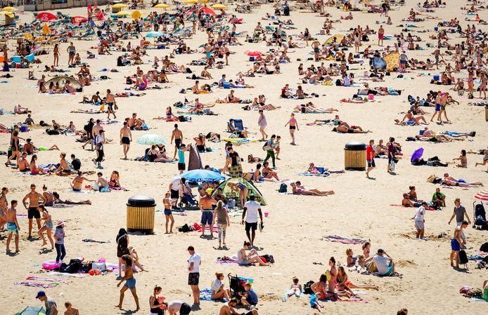 Strand in Scheveningen, vanmiddag op de heetste dag van het jaar.