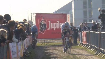 LIVE. Van der Poel snelt naar de kop en slaat een kloofje bij het ingaan van ronde 3, is de vogel gaan vliegen?