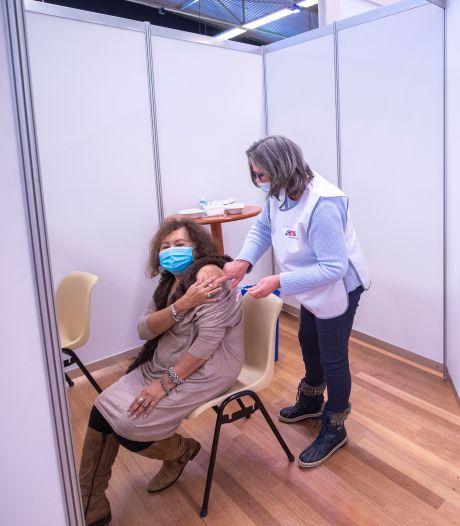 Edese huisartsen vaccineren op GGD-locatie Reehorst: 'Voor iedereen fijn'