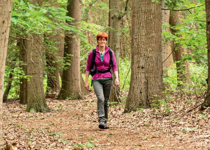 Noes Lautier op pad op de Hellendoornse berg. De foto staat ook op de kaft van het wandelboekje.