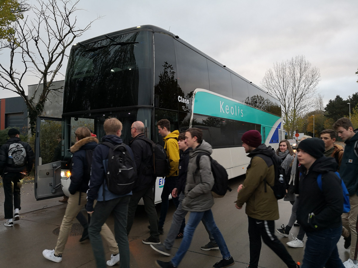 De bus voor de bewuste schooluitstap parkeerde aan de achterzijde van de school.
