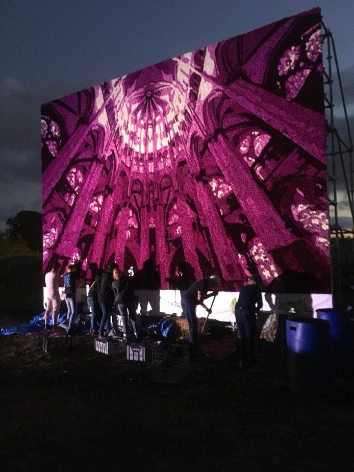 Leden van buurtschap Klein-Zundert werken aan hun fraaie bijdrage aan het Beauvais fête le dahlia.