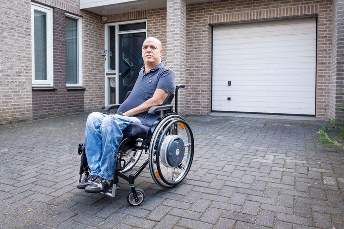 Kevin voor zijn leeggeroofde huis in Oss, waar zijn rolstoelbus gestolen is.