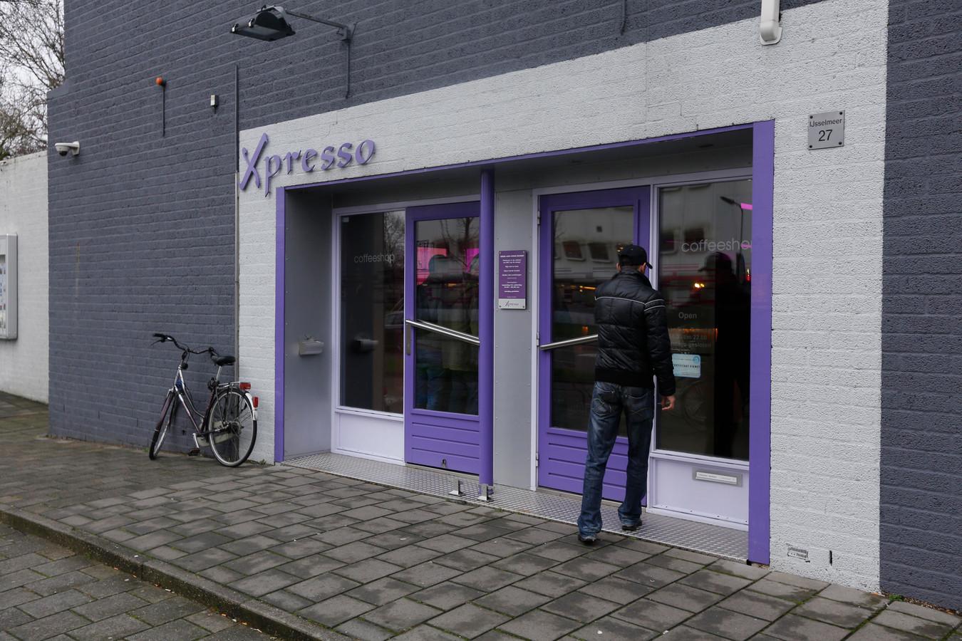 Wietgebruikers staan in Zwijndrecht voor een gesloten deur. Het college van burgemeester en wethouders is er nog niet uit of er een nieuwe coffeeshop in de gemeente mag komen.