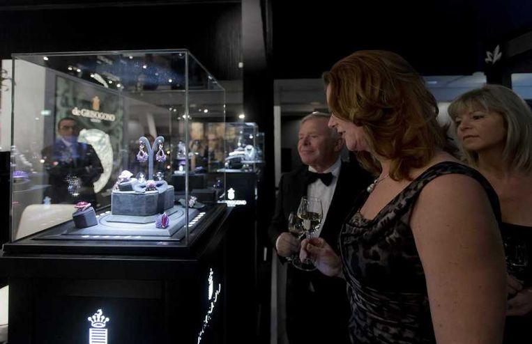 Bezoekers bekijken horloges. Beeld anp