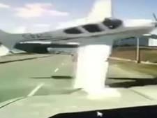 Neerstortend vliegtuig mist auto maar net