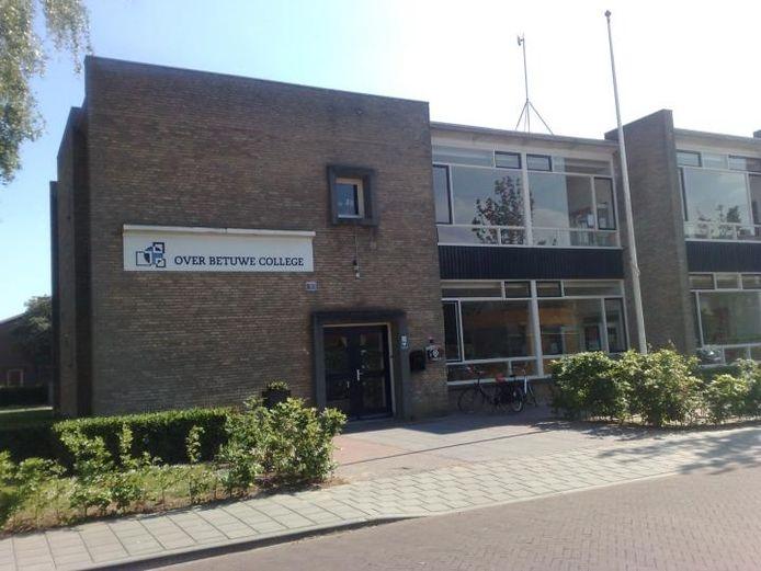 Het gebouw van het Over Betuwe College (OBC) in Elst.