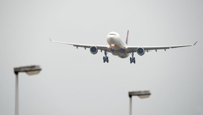 Een toestel van Delta Airlines landt op Schiphol