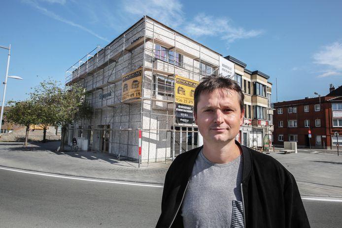 Arne Vandendriessche voor de vernieuwbouw, aan de (nu nog) kluifrotonde Appel.