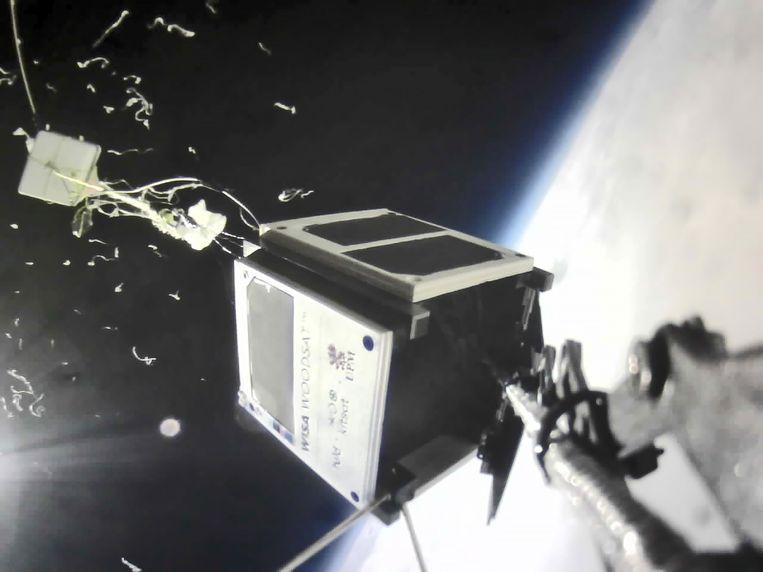 Tijdens een testvlucht op 30 kilometer hoogte heeft de houten satelliet zich goed gehouden. Beeld Kitsat