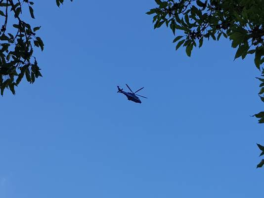 Een politiehelikopter cirkelt boven Beuningen en Nijmegen, vermoedelijk op zoek naar de gevluchte daders van de schietpartij.