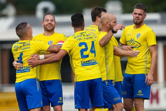 Sandro Stracquadaini van SC Veluwezoom wordt gefeliciteerd met zijn doelpunt door aanvoerder Jara Arends, Badr Kacem en overige Veluwezoom spelers