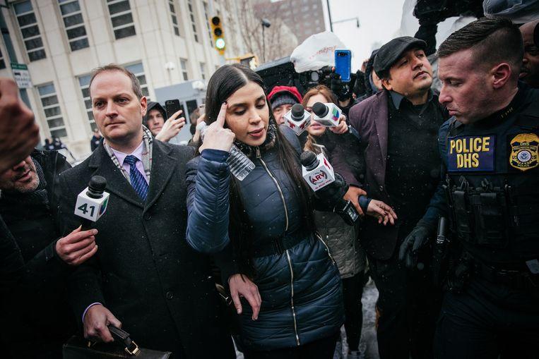 Emma Coronel Aispuro verlaat de rechtbank nadat haar man Joaquin 'El Chapo' Guzman tot levenslang veroordeeld werd.  Beeld EPA