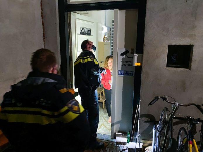 De politie bij het studentenhuis aan de Kapelstraat nadat twee demonstranten de deur hadden geforceerd.