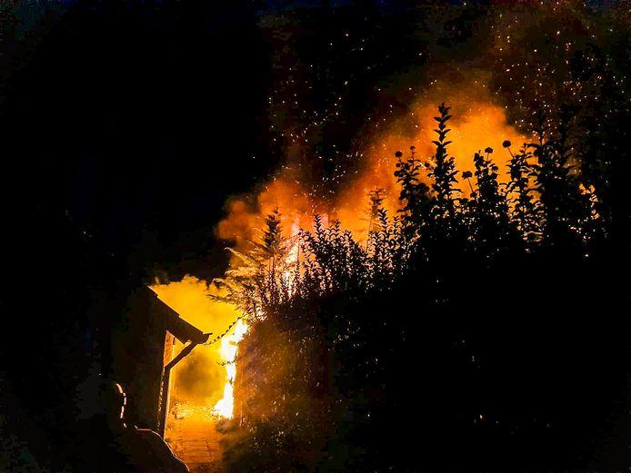 De brandweer kon voorkomen dat het vuur zou overslaan naar de huizen.