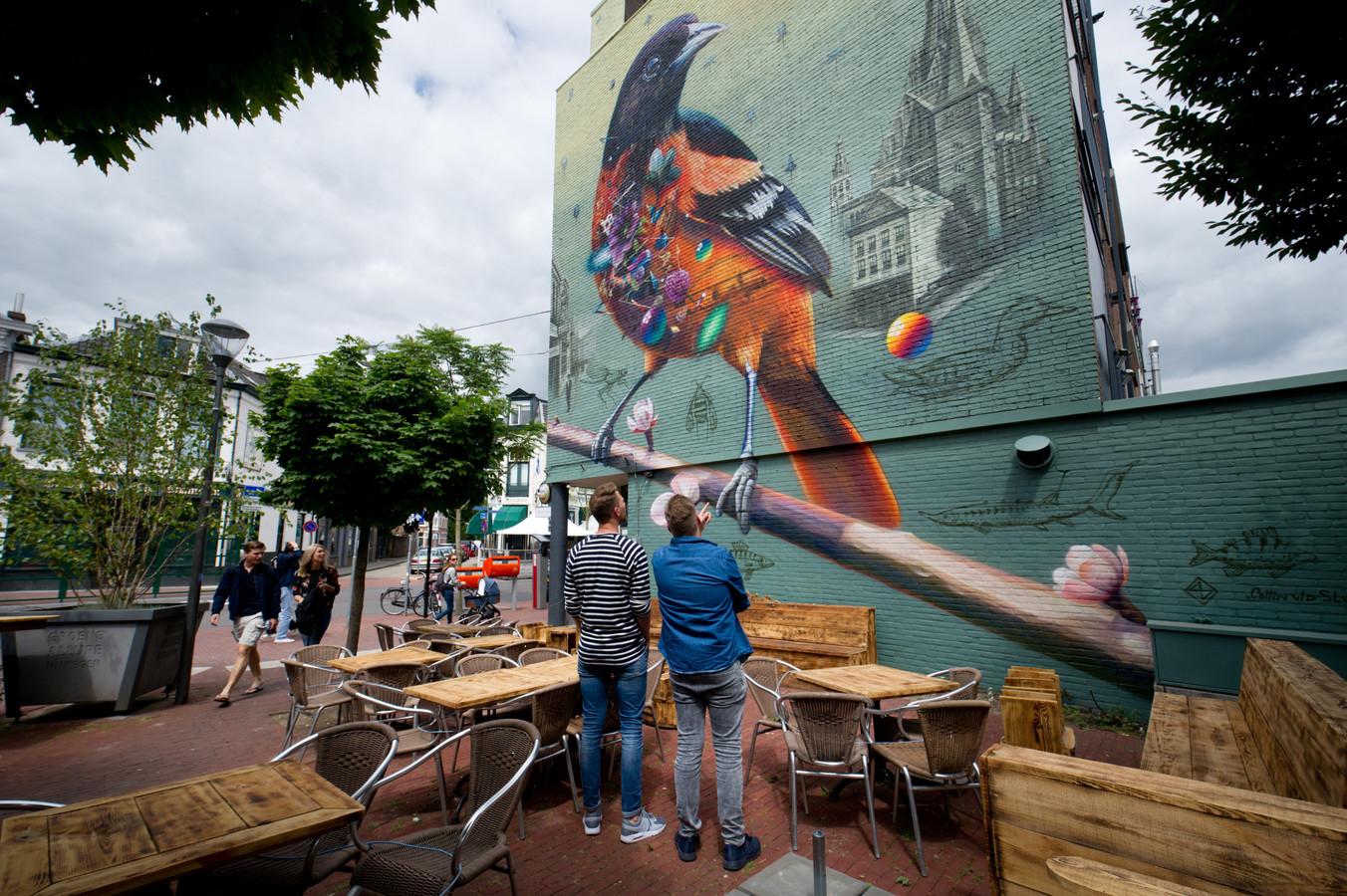 Muurschildering van Super A en Collin van der Sluijs op gevel van café van Deelen aan de Bloemerstraat in Nijmegen.