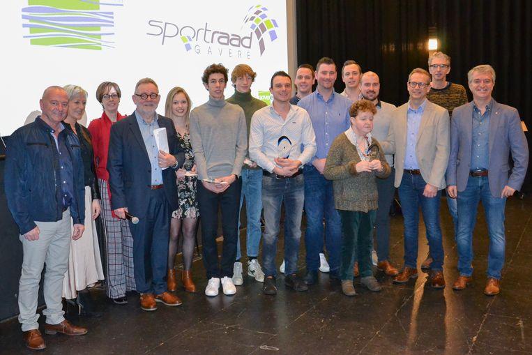 De dapperste sporters van het jaar, samen met leden van de organiserende sportraad en -dienst en van het gemeentebestuur.