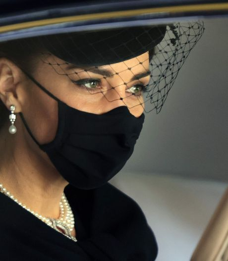 Warm moment op koele dag: Kate troostte prins Charles met kus op wang na uitvaart Philip