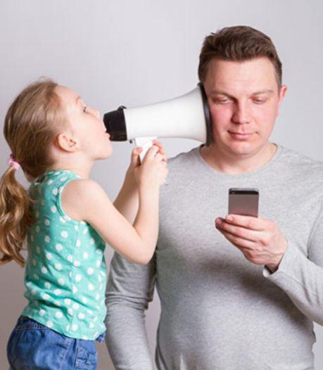 Ouders vergroeid met hun telefoon: 'Dan krijg je kinderen die eerst swipen en dan pas lopen'