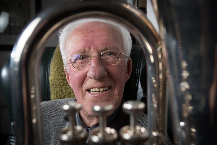 In 1939 kreeg Antoon Berghuis eerst een alt in handen, maar na een jaar of twee, drie stapte de Heetenaar over op de bariton. Dat instrument bespeelt hij anno 2019 nog steeds. En nog altijd bij Fanfare St. Caecilia.