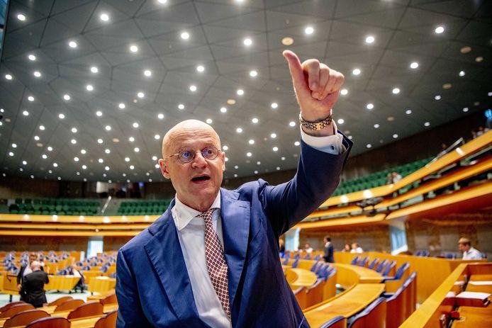 Ferd Grapperhaus in de Tweede Kamer.  Minister Ferd Grapperhaus (Justitie) laat onderzoeken of het 'haalbaar' is om dna af te nemen van verdachten in strafzaken waar meer dan 4 jaar cel op staat.