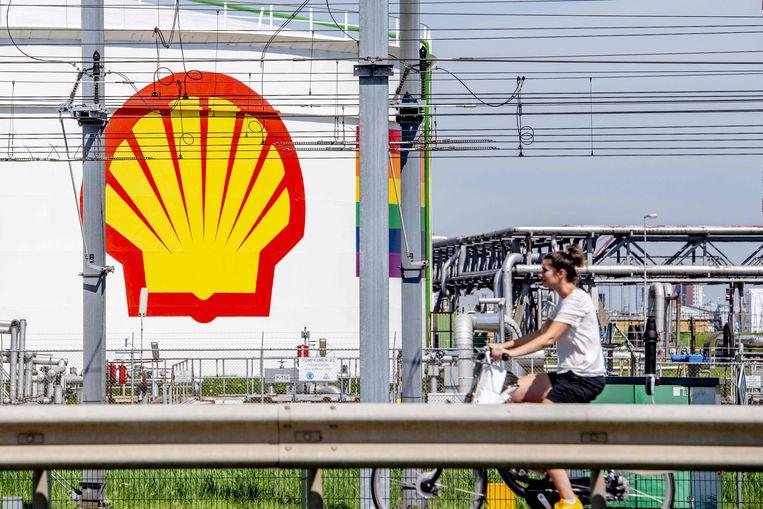 De Nederlands-Britse multinaltional Shell gaat 40 procent bezuinigen op het zoeken, vinden en oppompen van olie. Beeld AFP
