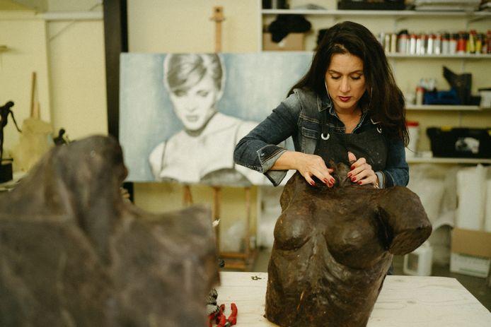 Linette Dijk aan het werk in haar atelier.