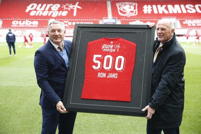 Ron Jans wordt voor de aftrap van het duel met Heracles Almelo door technisch directeur Jan Steuer van FC Twente in het zonnetje gezet.