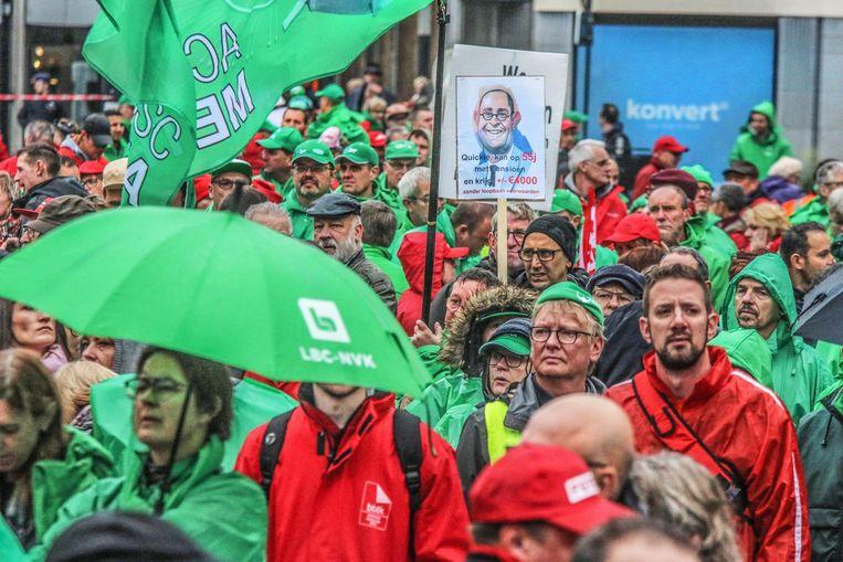 Burgemeester Vincent Van Quickenborne was de kop van Jut op de betoging. 'Quickie kan op 55 jaar met pensioen en krijgt 4.000 euro', stond te lezen op een van de protestborden.