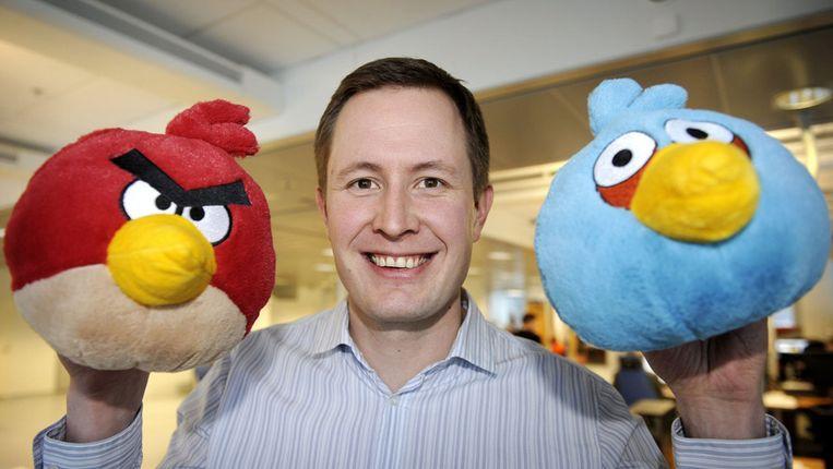 Twee Angry Birds samen met CEO Mikael Hed van het bedrijf Rovio, dat het spel ontwikkelde. © AFP Beeld