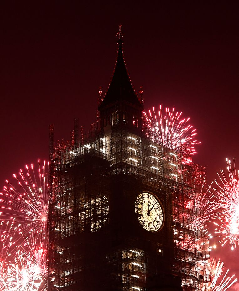 Fireworks explode behind the Elizabeth Tower, commonly known as Big Ben, during New Year's Eve celebrations in London, Britain, January 1, 2018.  REUTERS/Toby Melville Beeld REUTERS