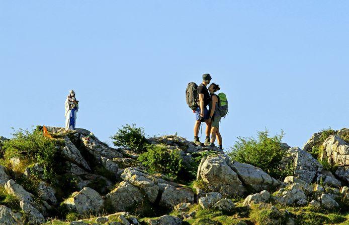 Lara Schwerdt uit Australië en Martin Loeje uit Denemarken werden verliefd op de pelgrimstocht en zijn drie jaar later op herhaling. Hier bij de heiilige maagd van Biakorri in de Pyreneeën.