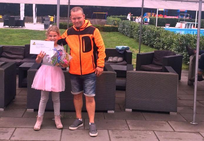Jill van Herk, de zestigduizendste bezoeker van het zwembad, met zwembadmedewerker Walter van Wegen.