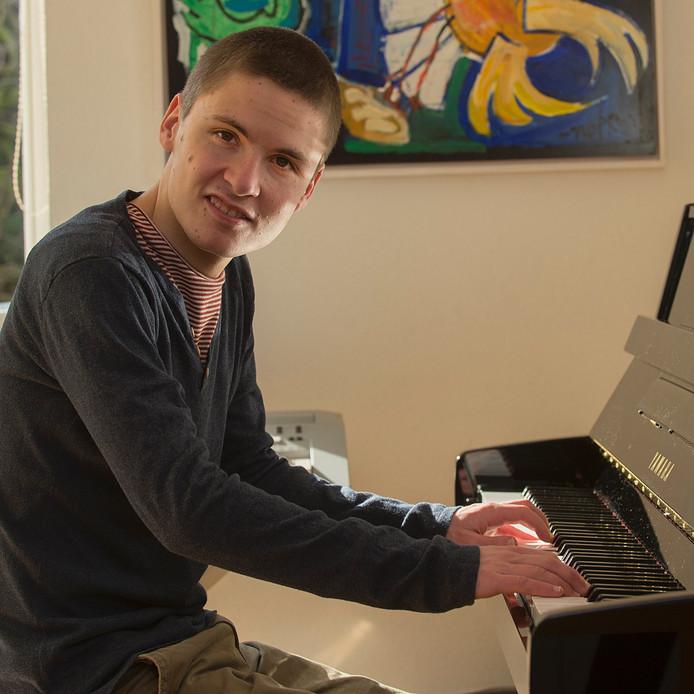 Luuk Verheijden (21) oefent thuis op de piano voor het Fringel Festival.
