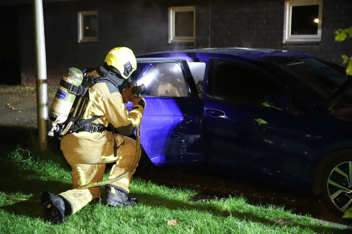 Auto in brand in Delft.