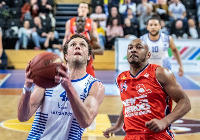 Onverzettelijkheid spat er vanaf bij Noah Dahlman (links, tegen Heroes) die voor het vijfde seizoen bij Landstede Hammers speelt. Zo lang speelde niet eerder een buitenlandse basketballer in Zwolse dienst.