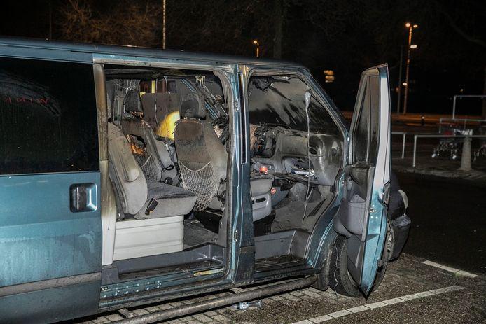 Een bestelbusje aan de IJssellaan in Arnhem heeft in brand gestaan. De politie sluit brandstichting niet uit.
