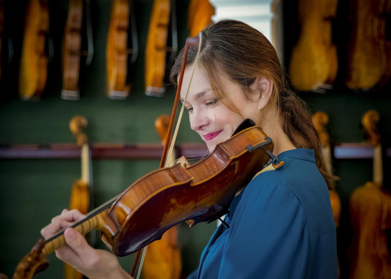 De verrassing op het gezicht van Janine Jansen bij het uitproberen van twaalf zeldzame Stradivarius-violen spreekt twaalf keer boekdelen. Beeld Una Burnand