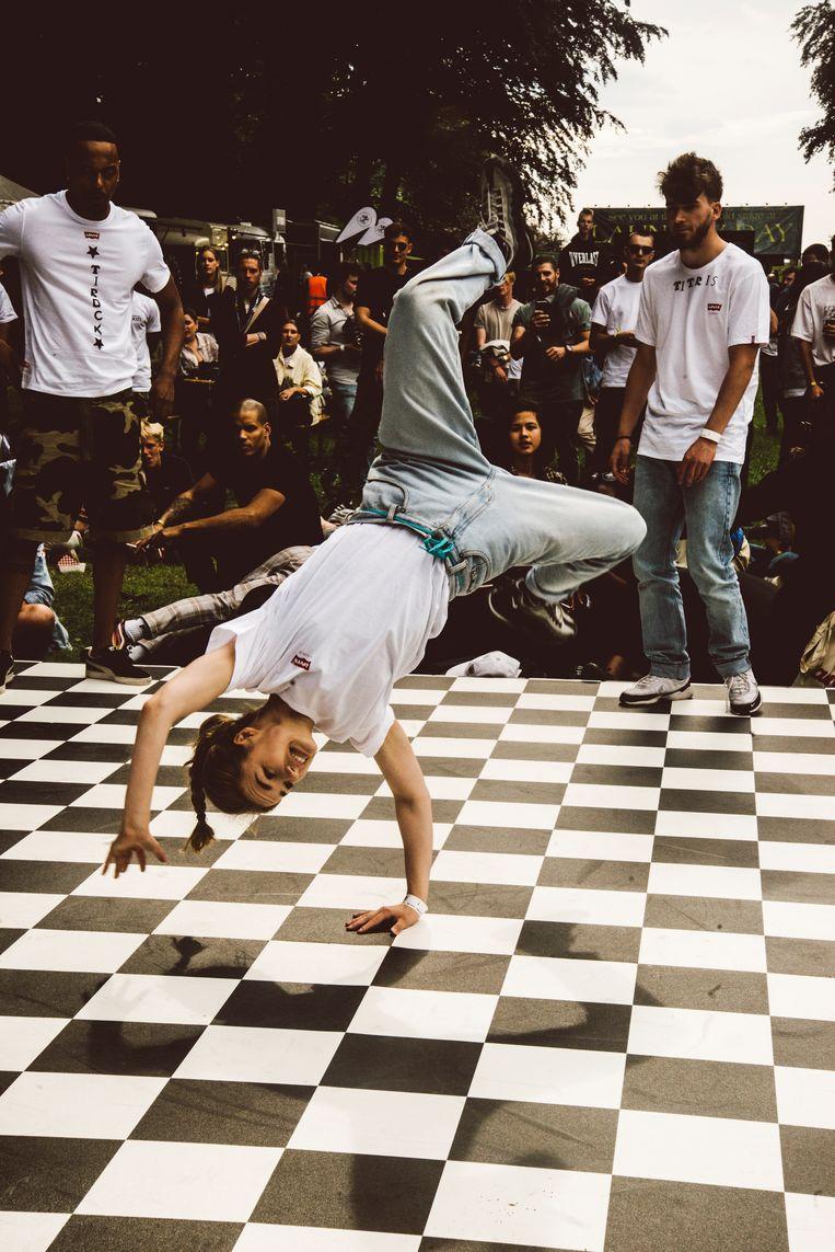 Fire Is Gold vergeet de basiselementen van hiphop, waaronder breakdance, niet. Beeld Francis Vanhee