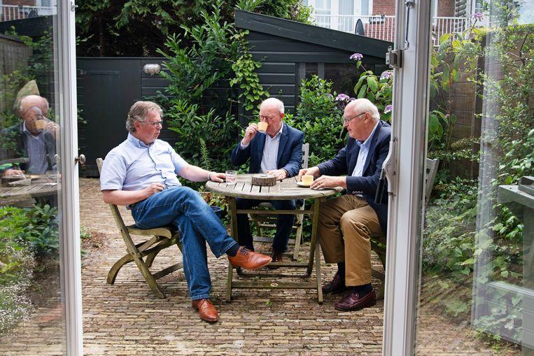 In de tuin van De Waal komen Lodewijk de Waal (FNV) (L), Niek Jan van Kesteren (VNO NCW) (M) en Fred van Haasteren (ABU) (R) bijeen voor een reconstructie van het flexakkoord van 1996. Beeld Olaf Kraak