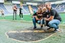 Kindje Ties Snapper op de foto in het NAC-stadion met papa Bram en mama Femke.