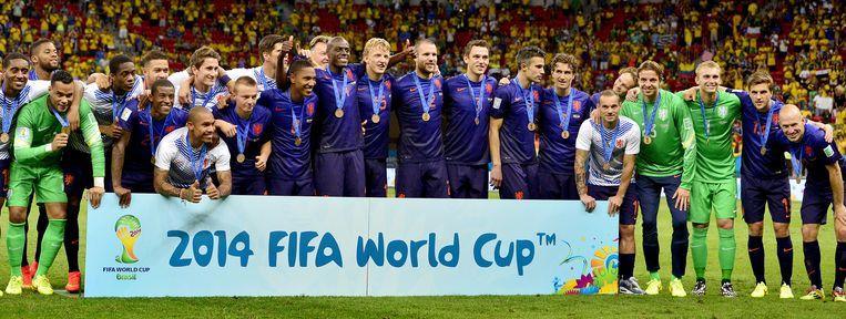 Het Nederlands elftal met de bronzen medaille van het WK 2014. Beeld anp