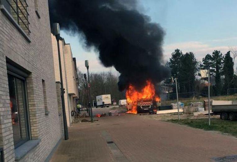 De brand woedde fel en veroorzaakte een dikke zwarte rookpluim.