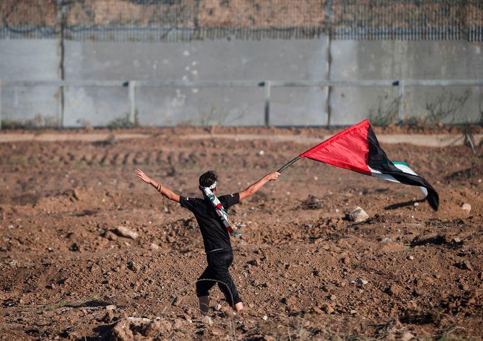 Een Palestijnse betoger bij de grens.