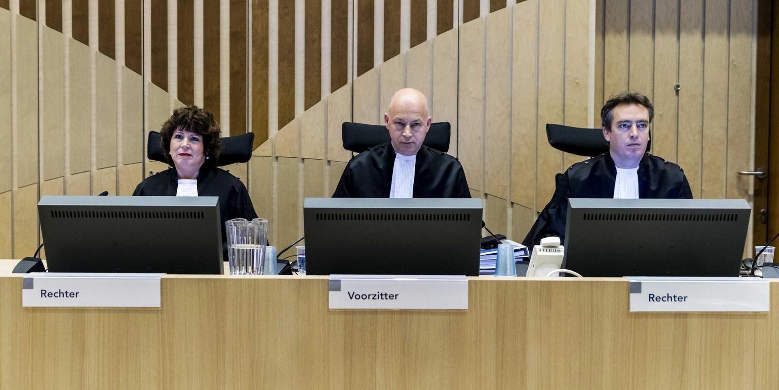 De rechters in het proces-Wilders. Met links Elianne van Rens, waartegen advocaat Knoops een zogenoemd wrakingsverzoek indiende. Ze mocht blijven zitten.