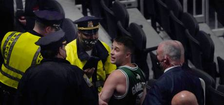 Kyrie Irving visé par une bouteille à Boston, le fan suspendu à vie